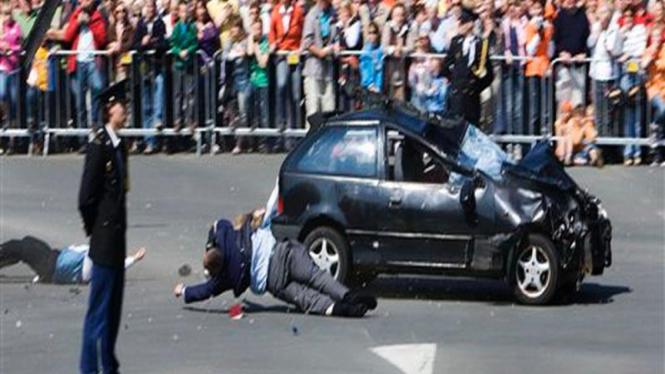 Sebuah mobil menabrak sejumlah orang dalam insiden di Belanda