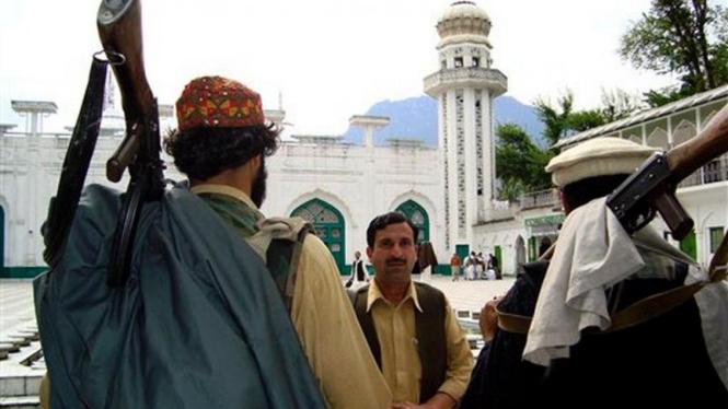 Milisi Taliban berjaga-jaga di depan masjid di kota Buner, Pakistan