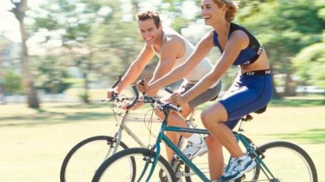 Bersepeda dengan pasangan