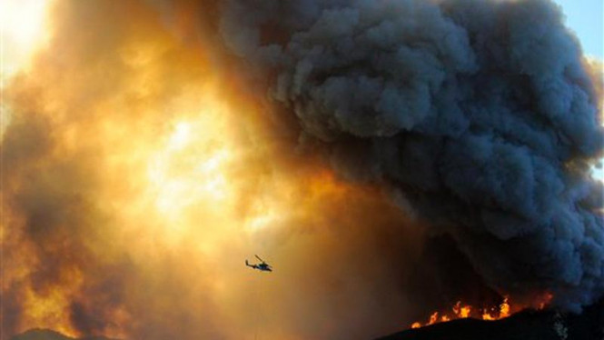Suatu helikopter berupaya padamkan api kebakaran hutan di California