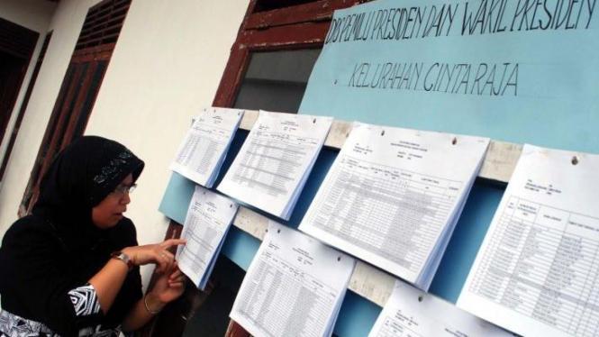 Ilustrasi warga mengecek daftar pemilih