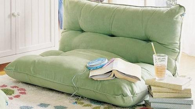 Sofa bed di ruang bergaya lesehan