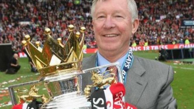 Sir Alex Ferguson membawa trofi Premier League