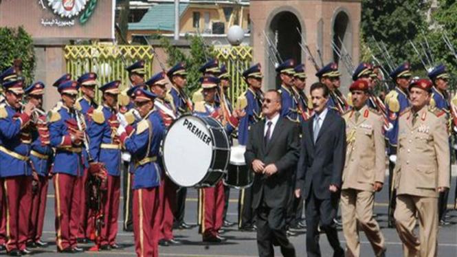 Presiden Ali Abdullah Saleh (berkaca mata) di upacara Hari Unifikasi Yaman