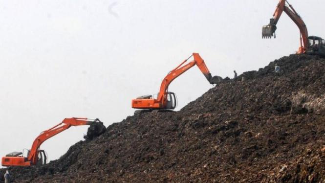 Alat berat mengurai tumpukan sampah di TPA Bantar Gebang