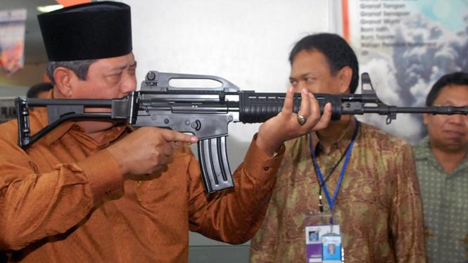 Presiden Yudhoyono mencoba senjata buatan PT Pindad