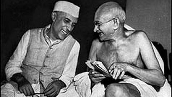 Jawaharlal Nehru (kiri) dan Mahatma Gandhi