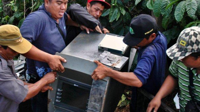 Mesin ATM sebuah bank yang telah dikuras ditemukan di kebun