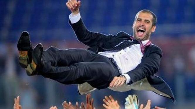 Selebrasi juara Pep Guardiola dilempar ke udara