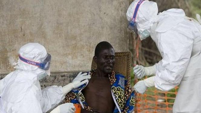 Petugas medis memeriksa pria yang diduga terjangkit virus Ebola di Kongo