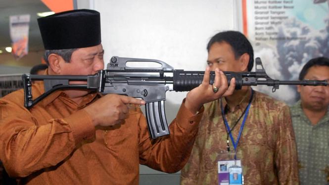 Presiden Yudhoyono mencoba senjata PT Pindad