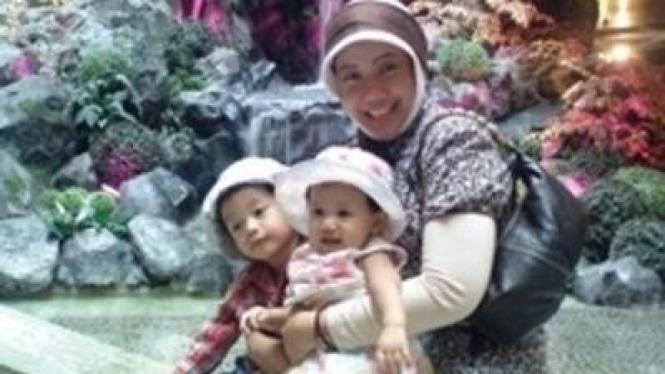 Prita Mulyasari bersama dua anaknya