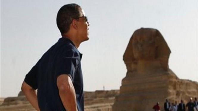 Barack Obama memandang patung Sphinx di luar kota Kairo, Mesir