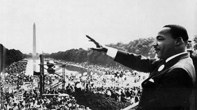 Martin Luther King Jr. berpidato di depan pendukungnya
