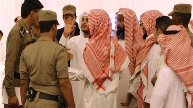 Sejumlah pria berjubah putih berupaya menghalangi pemutaran film di Riyadh