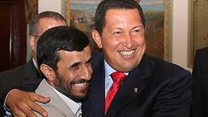 Mahmoud Ahmadinejad berangkulan dengan Hugo Chavez
