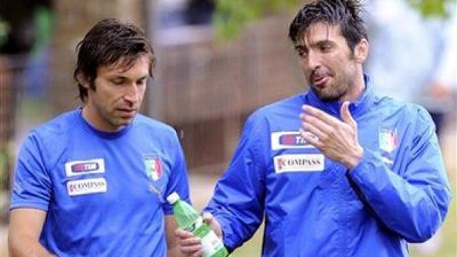 Gianluigi Buffon (kanan) dan Andrea Pirlo
