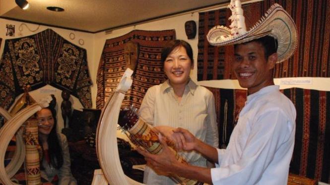 Zakarias Ndaong mainkan alat musik sasando di Jepang