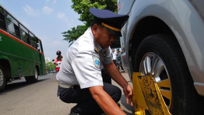 Petugas Dishub Gembok Ban Mobil Sembarang Parkir
