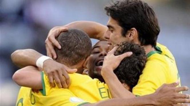 Pemain Brasil merayakan gol yang diciptakan Kaka (paling kanan)