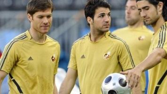 Cesc Fabregas (tengah), Alonso (kiri)