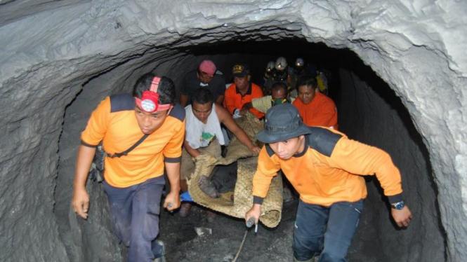 Penyelamat bawa korban tambang yang meledak di Sawahlunto