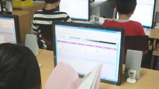 Siswa mengakses materi pelajaran secara online di kelas