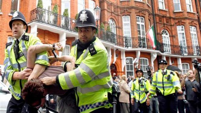 Polisi Inggris membekuk demonstran di depan Konsulat Iran di London