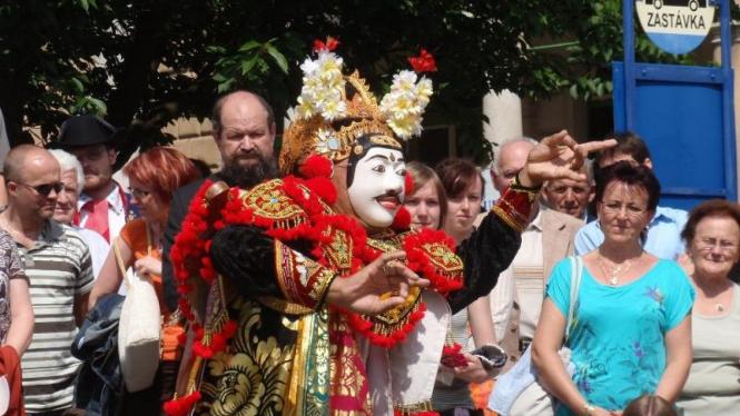 Tari topeng Bali menghibur masyarakat kota Lazne Belohrad, Ceko