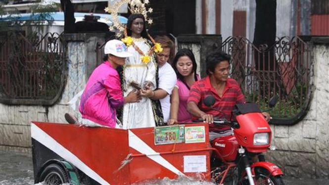 Korban banjir di Filipina membawa serta patung Bunda Maria