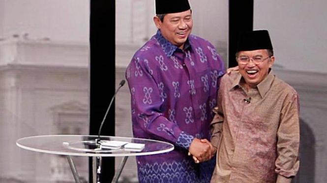 SBY dan Jusuf Kalla bersenda gurau di sela Debat Calon Presiden