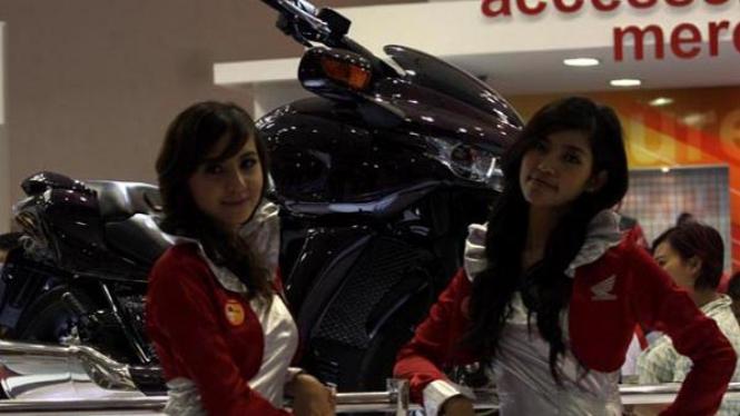 SPG di salah satu pameran otomotif di Jakarta