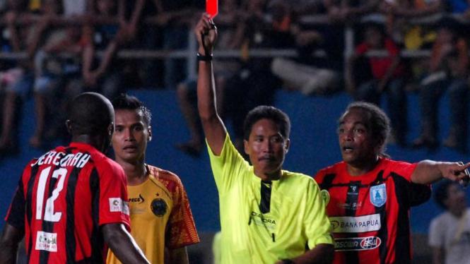 Wasit memberi kartu merah kepada pemain Persipura Jayapura, Jeremiah