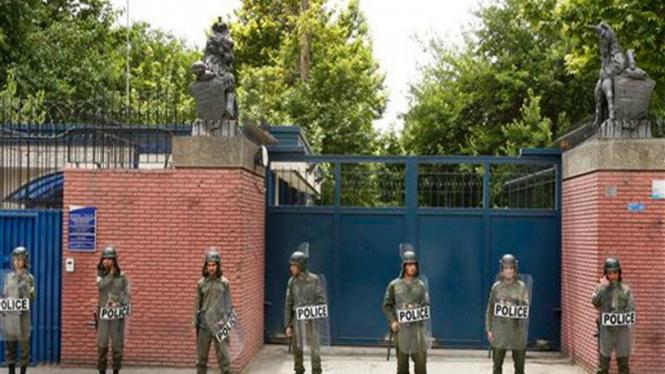 Polisi Iran berjaga-jaga di depan Kedubes Inggris di Teheran