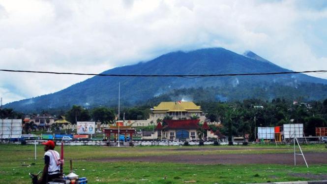 Gunung Gamalama dilihat dari Kota Ternate, Maluku Utara