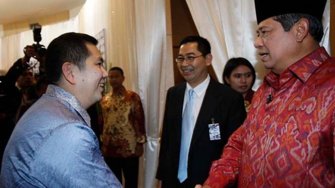 SBY bersalaman dengan Hary Tanoesudibyo