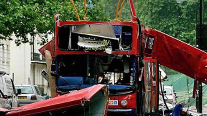 Sebuah bus kota menjadi korban teror bom di London 2005