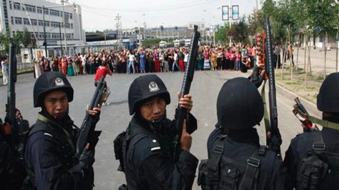Polisi China di Kota Urumqi bersiap menghadang para demonstran
