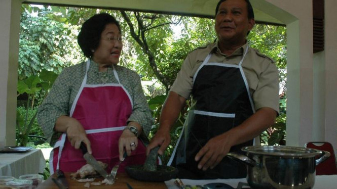 Megawati Soekarnoputri dan Prabowo Subianto memasak
