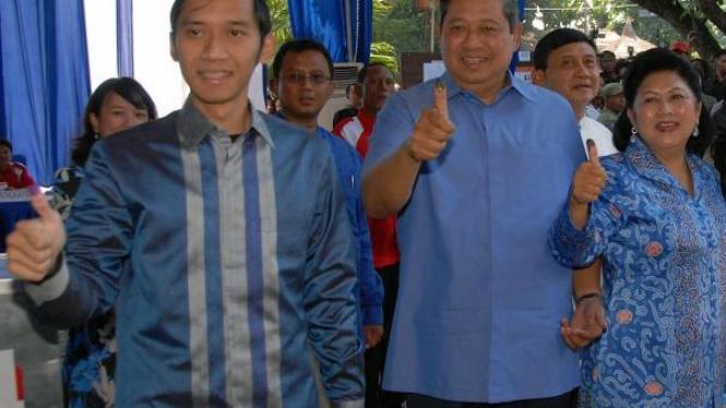 SBY, Ani Yudhoyono & Edhie Baskoro setelah mencontreng di Pilpres