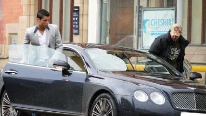 Cristiano Ronaldo dengan Bentley Continental GT Speed