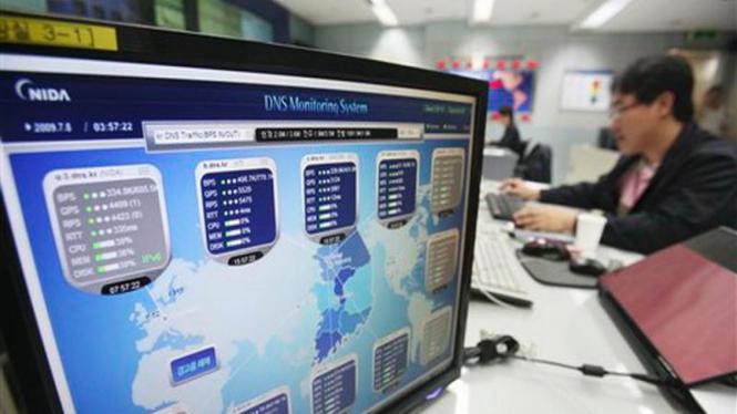 Seorang staf mengecek keamanan jaringan internet di Seoul, Korsel