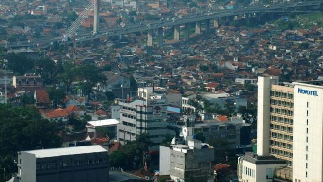Pemandangan Kota Bandung (tampak jembatan Pasopati) dari udara