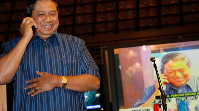 Susilo Bambang Yudhoyono (SBY) ditelepon Jusuf Kalla (JK)