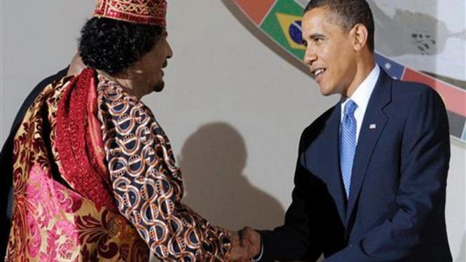 Barack Obama berjabat tangan dengan Pemimpin Libya, Muammar Gaddafi