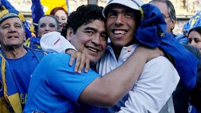 Diego Maradona (kiri) dan Carlos Tevez