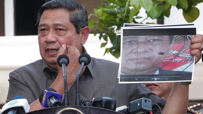 Presiden Susilo Bambang Yudhoyono (SBY) tunjukkan foto sasaran tembak