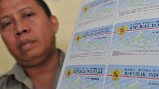 Petugas kelurahan memperlihatkan blanko KTP