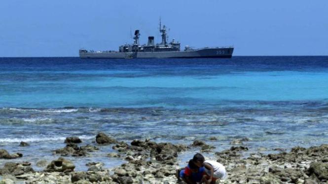 KRI Yos Sudarso 353 saat berlabuh di Miangas, Talaud, Sulawesi Utara