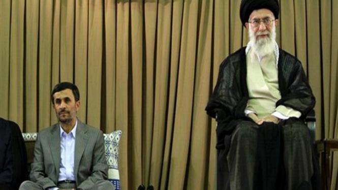 Ayatollah Ali Khamenei (kanan) dan Mahmoud Ahmadinejad